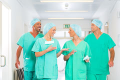 Cirujanos en hospital o clínica como equipo fotos de archivo libres de regalías