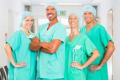 Cirujanos en hospital o clínica como equipo Foto de archivo
