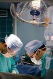 Cirujanos en la operación Fotos de archivo libres de regalías