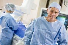 Cirujanos en la sala de operaciones Fotografía de archivo libre de regalías