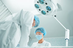 Cirujanos en sala de operaciones Imagenes de archivo