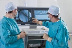 2 cirujanos en sala de operaciones Imagen de archivo libre de regalías