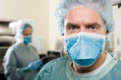 Cirujanos en teatro de operaciones fotos de archivo libres de regalías