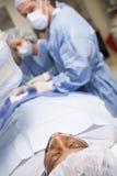 Cirujanos que funcionan en paciente Fotos de archivo