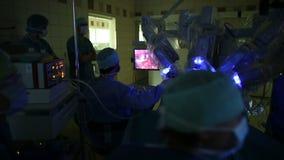 Cirujanos que realizan una operación almacen de metraje de vídeo