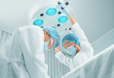 Cirujanos que trabajan en sala de operaciones imagen de archivo libre de regalías