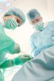 Cirujanos que trabajan junto Fotografía de archivo