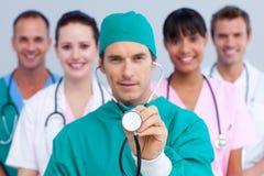 Cirurgião carismático e sua equipa médica foto de stock