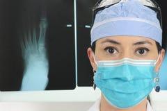 Cirurgião com raios X Foto de Stock Royalty Free