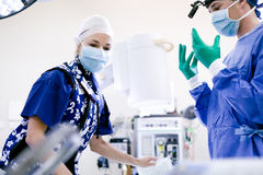 Cirurgião e enfermeira Foto de Stock Royalty Free