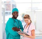 Cirurgião e enfermeira no hospital fotografia de stock