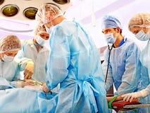 Cirurgião no trabalho no quarto de funcionamento. Imagens de Stock Royalty Free