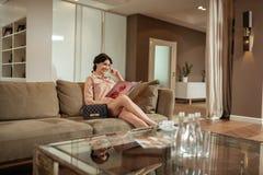 Cirurgião plástico de espera do compartimento à moda da beleza da leitura da mulher fotografia de stock royalty free