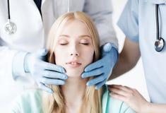 Cirurgião plástico ou doutor com paciente imagens de stock