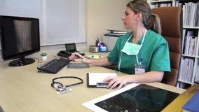 Cirurgião que escreve o relatório médico e que revê a radiografia vídeos de arquivo