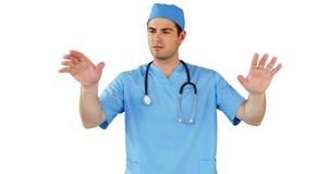 Cirurgião que finge usar a tela digital futurista video estoque