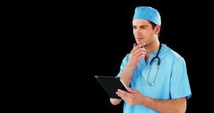 Cirurgião que usa a tabuleta digital vídeos de arquivo
