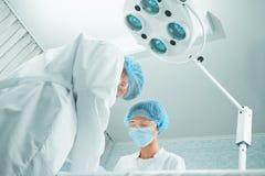 Cirurgiões na sala de operações Imagens de Stock