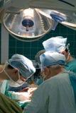 Cirurgiões no quarto de operação Fotos de Stock Royalty Free