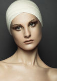 A cirurgia plástica da atadura da menina da beleza compõe a cara fotos de stock royalty free