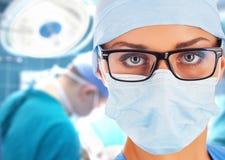 Cirurgião fêmea novo no quarto de operação Foto de Stock