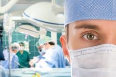 Cirurgião masculino com sua equipe Foto de Stock Royalty Free