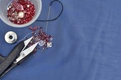 Ciseaux, aiguille et misangas sur la corde image stock