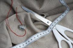 Ciseaux avec la bande et le dé de mesure Image stock