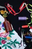 Ciseaux, bobines avec le fil Ensemble de fils colorés dans la bobine avec des ciseaux Kit de couture Accessoires de couture : cis Photos stock
