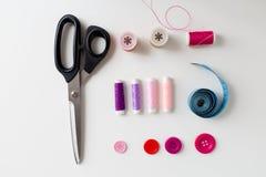 Ciseaux, boutons de couture, fils et ruban métrique Image stock