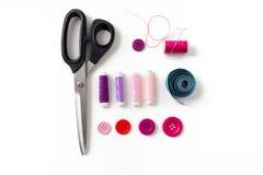 Ciseaux, boutons de couture, fils et ruban métrique Photographie stock libre de droits