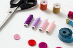 Ciseaux, boutons de couture, fils et ruban métrique Image libre de droits