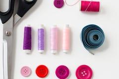 Ciseaux, boutons de couture, fils et ruban métrique Images stock