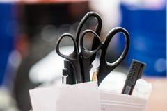 Ciseaux dans le lieu de travail photo stock