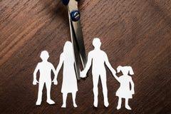 Ciseaux de droit de divorce et de garde découpant la famille image libre de droits
