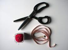 Ciseaux de Zig Zag, ruban métrique et goupilles de couture image libre de droits