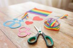 Ciseaux et appui verticaux gais de partie sur la table en bois Photographie stock