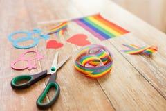 Ciseaux et appui verticaux gais de partie sur la table en bois Images stock