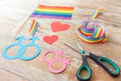Ciseaux et appui verticaux gais de partie sur les conseils en bois Images libres de droits