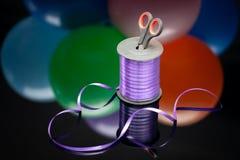 Ciseaux et bande pourpre de washi aux ballons multicolores brouillés Copiez l'espace Foyer sélectif créativité d'ouvrage et d'art image libre de droits