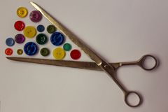 Ciseaux et boutons colorés pour des vêtements Photos stock