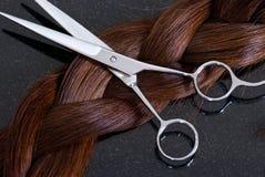 Ciseaux et cheveu de coiffeur Images libres de droits