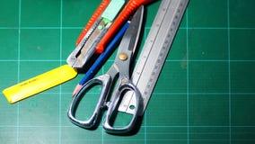 Ciseaux et coupeur et règle et crayon et lames Images libres de droits