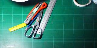 Ciseaux et coupeur et règle et crayon et lames Photo libre de droits