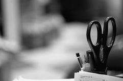 Ciseaux et crayons dans le bureau photo stock