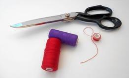 Ciseaux et fil de tailleur Images libres de droits