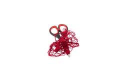 Ciseaux et fil rouge sur le blanc Photographie stock libre de droits