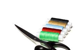 Ciseaux et fil sur le fond blanc Photos stock