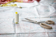 Ciseaux et matériel en soie avec le modèle dans le backgro Photographie stock libre de droits