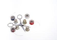 Ciseaux et outils de couture avec l'amorçage Images stock